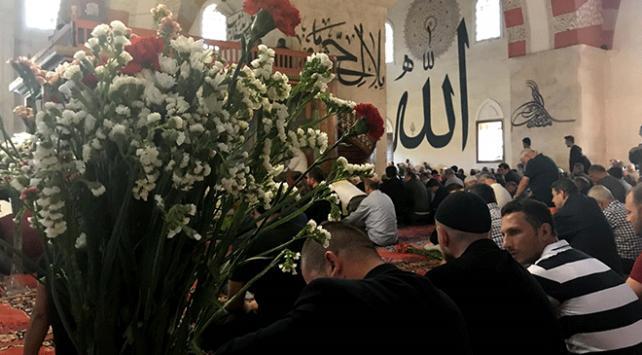 Eski Cami cemaati cuma namazını çiçekler arasında kıldı