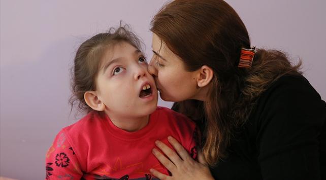 Evde kızına mesaide insanlara hayat veriyor