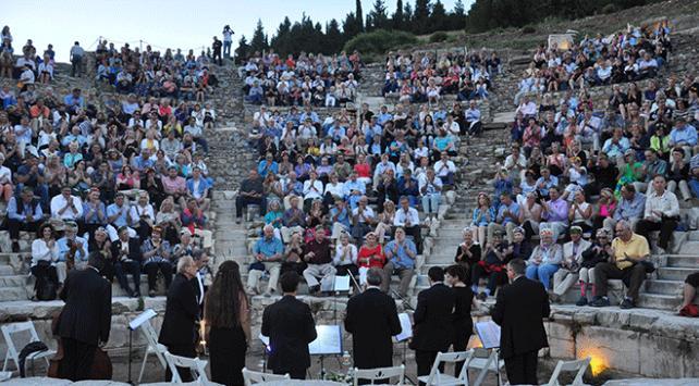 Dünya turuna çıkan turistlerin Efeste klasik müzik keyfi