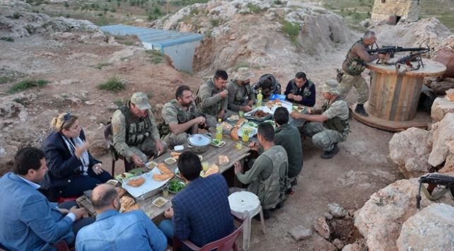 Güvenlik korucularının 1100 rakımlı tepede ilk iftarı