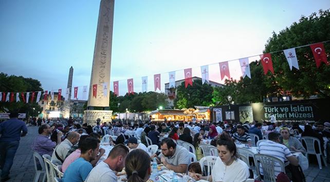 Türkiye Ramazanın ilk gününde iftar sofralarında buluştu