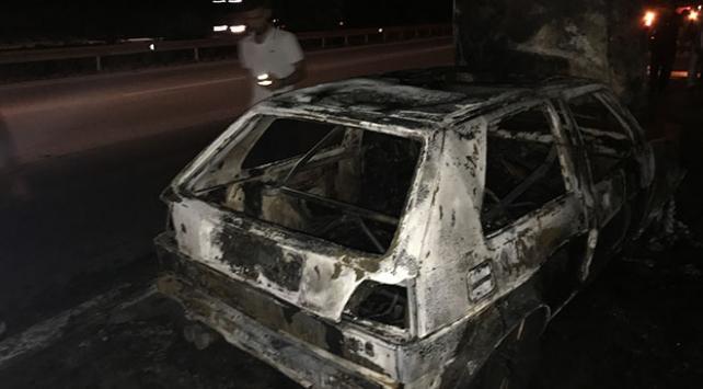 Adanada seyir halindeki otomobil alev aldı