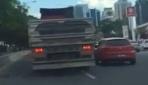 Tır sürücüsü yol vermeyen otomobili sıkıştırıp yoldan çıkardı