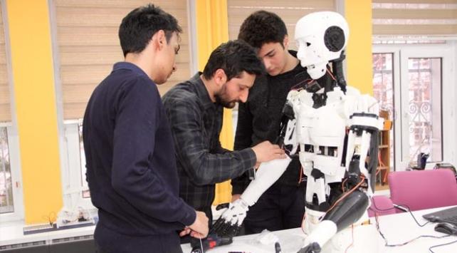 İnsansı robot Yiğido nişan alıp atış yapabiliyor