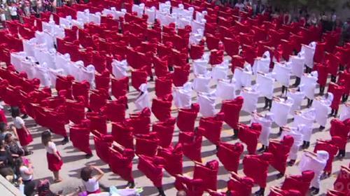 270den fazla ilkokul öğrencisinden Türk bayrağı koreografisi
