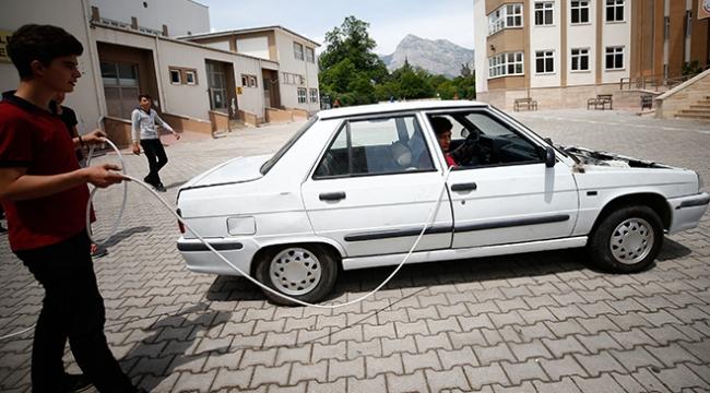 Liseliler uzatma kablosuyla çalışan otomobili test etti
