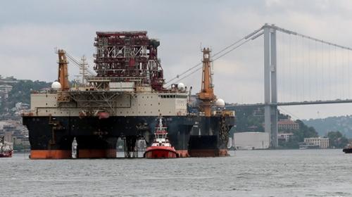 Dev petrol platformu İstanbul Boğazından geçti