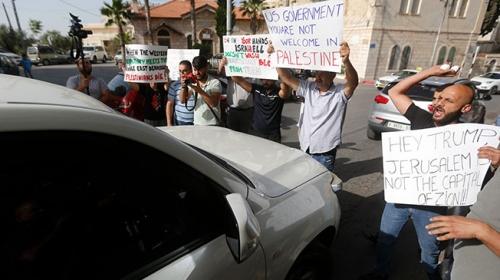 """Filistinlilerden ABDli heyete """"yumurtalı ve ayakkabılı"""" protesto"""