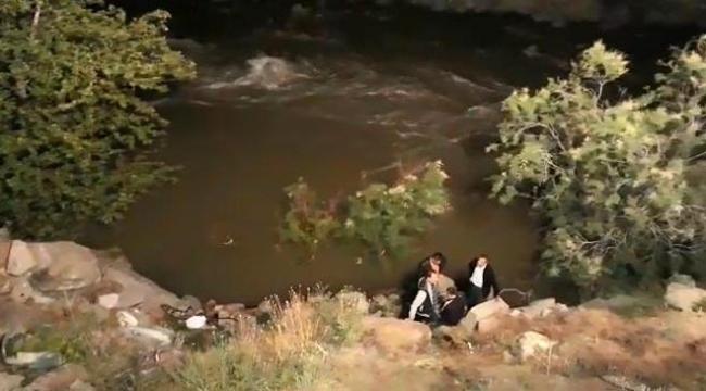 Nehre düşen otomobildeki 2 kişi kayboldu