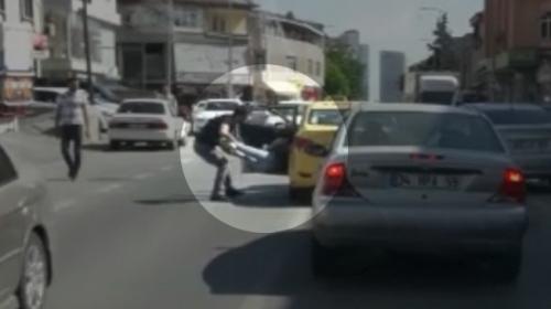 Taksici, kadın yolcusunu bacağından tutarak dışarı attı