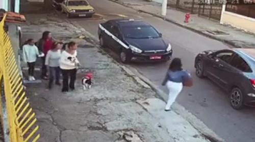 Kadınlara silah doğrulttu, çantalarını aracına koymalarını istedi