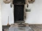 Tarihi türbenin kapısını yaktılar