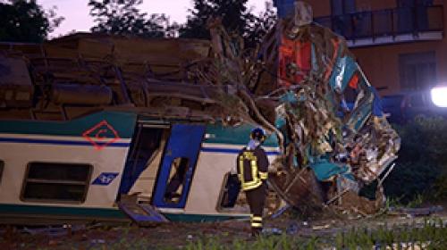 İtalyada tren kamyonla çarpıştı: 2 ölü