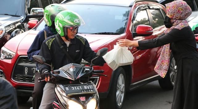 Endonezyada Ramazanda trafikte kalanlara iftariyelik dağıtılıyor