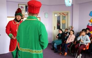 Engelli çocuklara evlerinde tiyatro