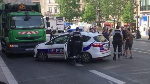 Pariste iki çöpçüden ilginç protesto girişimi