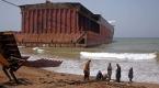 Pakistanda hurdaya çıkarılmış gemileri parçalayan işçiler