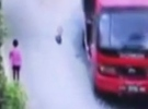 Talihsiz adam kamyondan düşen kaya parçası ile yaralandı