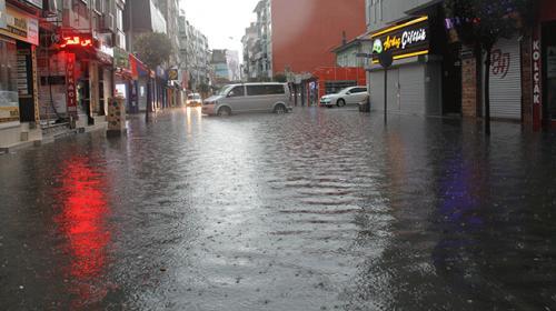 Yalova şiddetli yağışa teslim oldu