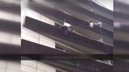 Balkondan sarkan çocuğu 4. kata tırmanarak kurtardı