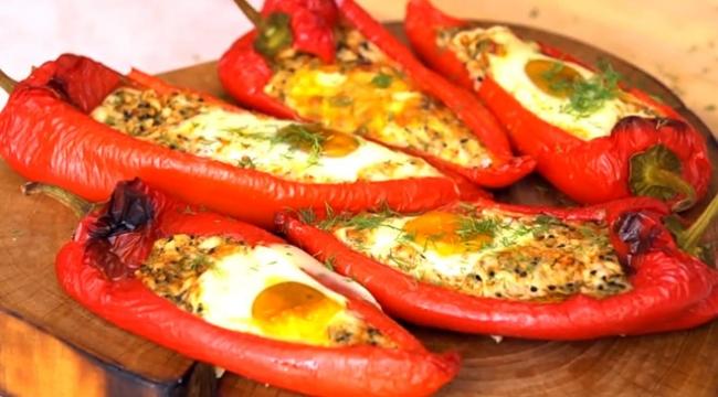 Peynirli yumurtalı kırmızı biber dolması