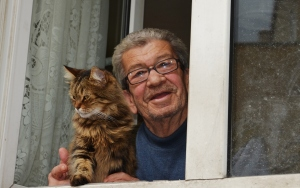 Sokak kedilerine hem evlerini hem gönüllerini açtılar