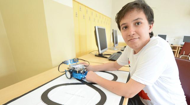 """Ortaokul öğrencisi """"akıllı elektrikli araba"""" tasarladı"""