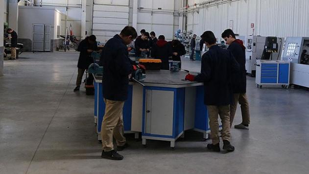 Lise öğrencileri model jet uçağı yaptı