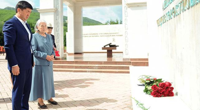 Kırgız yazar Cengiz Aytmatov mezarı başında anıldı