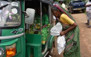 """Sri Lankanın ulaşım yükünü """"tuk-tuk"""" çekiyor"""