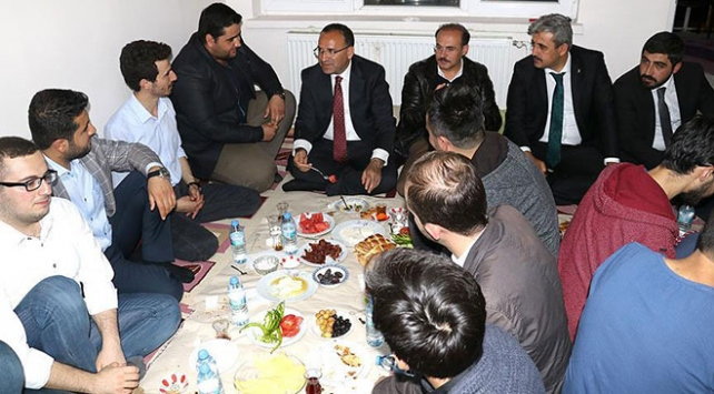Başbakan Yardımcısı Bozdağ gençlerin sahur davetini kırmadı
