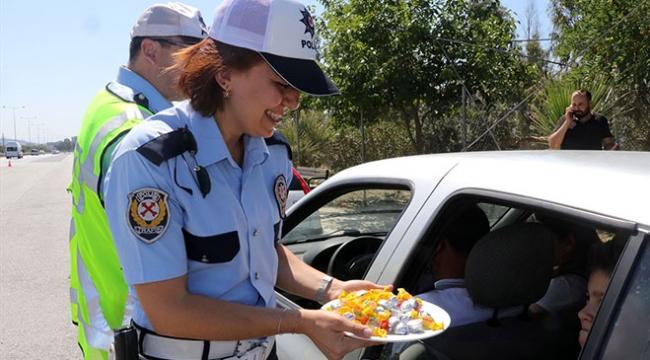 Polis ekiplerinden otoyolda bayram şekeri ikramı