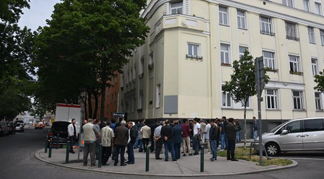 Avusturyada ibadete açılan camide bayram namazı