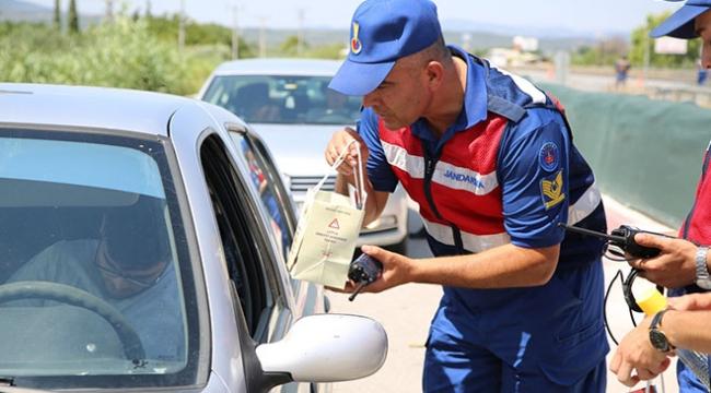 Jandarma ekiplerinden sürücülere kuru üzüm ve şeker ikramı