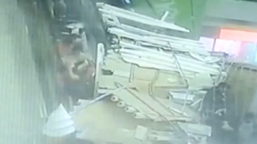 Turistlerin üzerine tavan çöktü