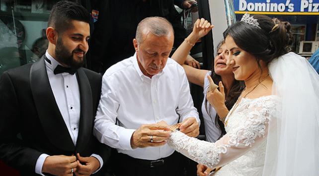 Cumhurbaşkanı Erdoğan Samsun mitinginin ardından yeni evlenen bir çifti tebrik etti