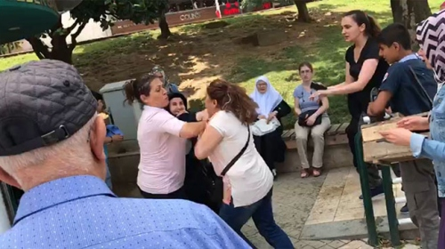 """""""Siz teröristlerle nasıl el sıkışırsınız"""" diye tepki gösterdi, saldırıya uğradı"""