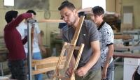 Zihinsel engelli öğrencilerin ürettiği mobilyalarla kamu kurumlarına destek
