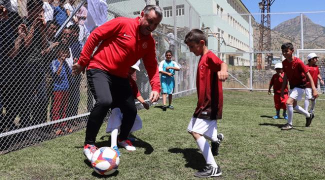 Bakan Bak, yere düşen Türk bayrağını dalgalandıran çocuklarla maç yaptı