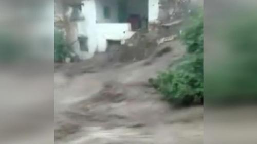 Manisada sel suları evin duvarını yıkıp sürükledi