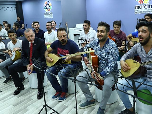 Cumhurbaşkanı Erdoğan Mardinde gençleri ziyaret etti
