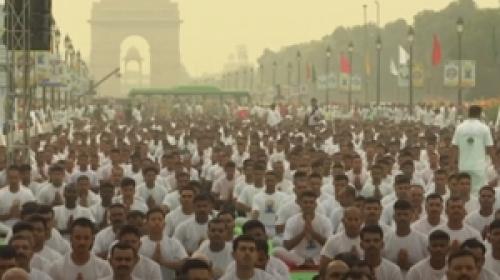 Hindistanda binlerce kişi aynı anda yoga yaptı