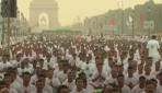 Hindistan'da binlerce kişi aynı anda yoga yaptı