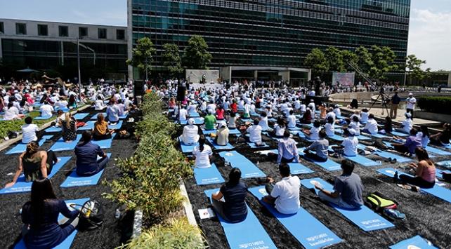 Yoga tutkunları Times Meydanında buluştu