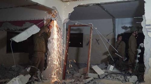 İsrail, Filistinli ailenin evini balyozla yıktı
