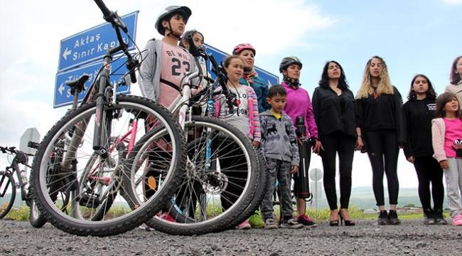 Kadın bisikletçilere dikkat çekmek için pedal çeviriyorlar