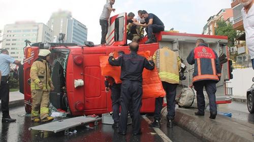 İstanbul'da itfaiye aracı devrildi: 3 yaralı