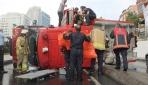 İstanbulda itfaiye aracı devrildi: 3 yaralı