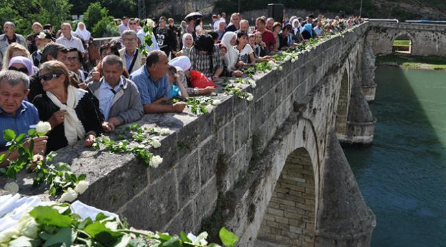 Bosna Savaşında öldürülenler için Drina Nehrine gül bırakıldı