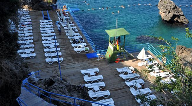Antalyada seçim nedeniyle sahiller boş kaldı